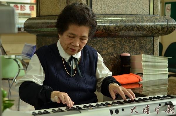 埔榮志工廖秀枝 自通鋼琴撫人心