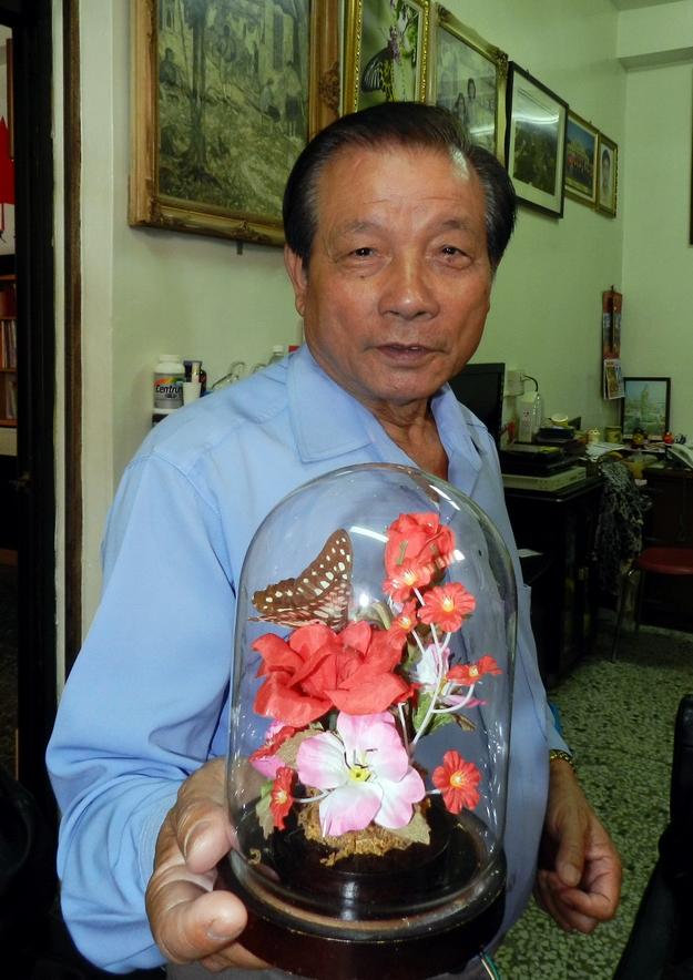 余文田保留著近30年前的「瓶中花與蝶」。