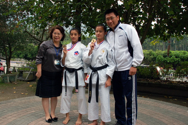 空手道教練黃泰吉(右起)、奪冠選手辜翠萍、高湘琳、中正國小校長周玉娜。(柏原祥攝)