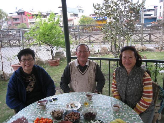 埔里日文老師賴冰惠(左)帶領星野教授(中)拜訪本刊發行人何其慧,暢談綠生農法理念