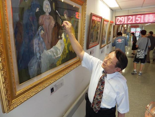林介山醫師指著他的畫作「白色基督」,暢談他的理念。(柏原祥攝)