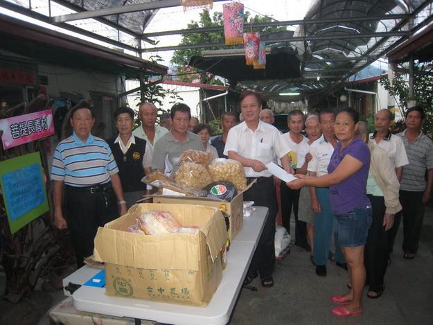 前校長許錦雄帶來台北地區的物資捐贈菩提長青村