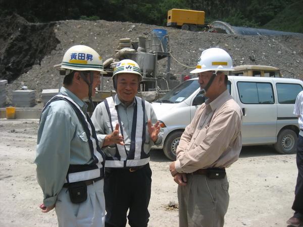 前交通部長林陵三(右)與日本工程師山內鐵雄(中)(國工局提供)