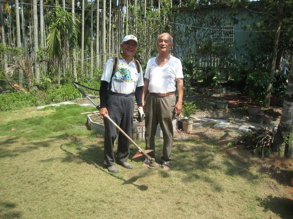 圖中人物便是主人王清波校長與劉慶宗校長,劉校長幽默的說:「王校長農園的雜草長的特別快特別長,就是要等著讓我來清理。」(林子婷攝)