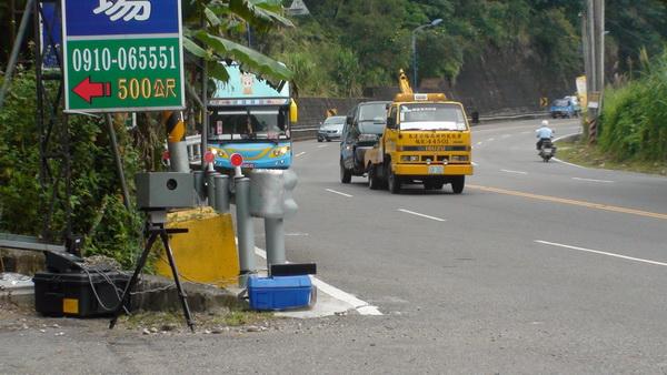 警方在台21線李季準休閒馬場叉路口前設置流動超速攝影機,許多駕駛已被拍到並收到罰單。(柏原祥攝)