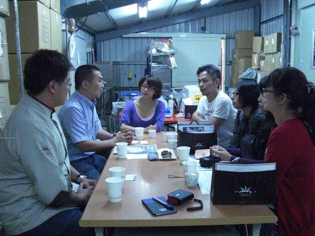 茆董事長與謝如珍博士及媒體座談。
