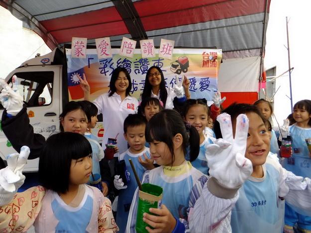 馬文君(後排左)與蒙愛小朋友共同彩繪BMW讚車,程惠君主任(後排右)呼籲大眾發揮愛心踴躍捐輸。(唐茹蘋攝)