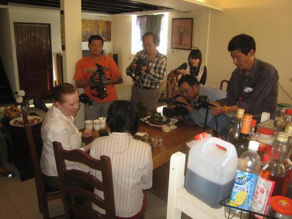 雪莉瓊斯與咖啡女郎余芳霞接受媒體現場採訪(何其慧攝)