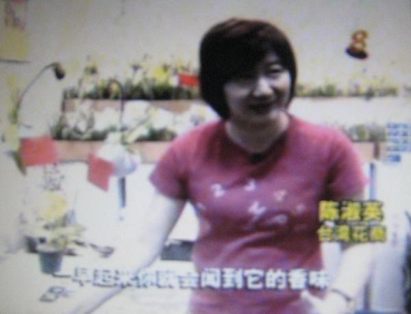 可可金鞋蘭場負責人陳淑英於電視節目中被採訪。(主辦單位提供)