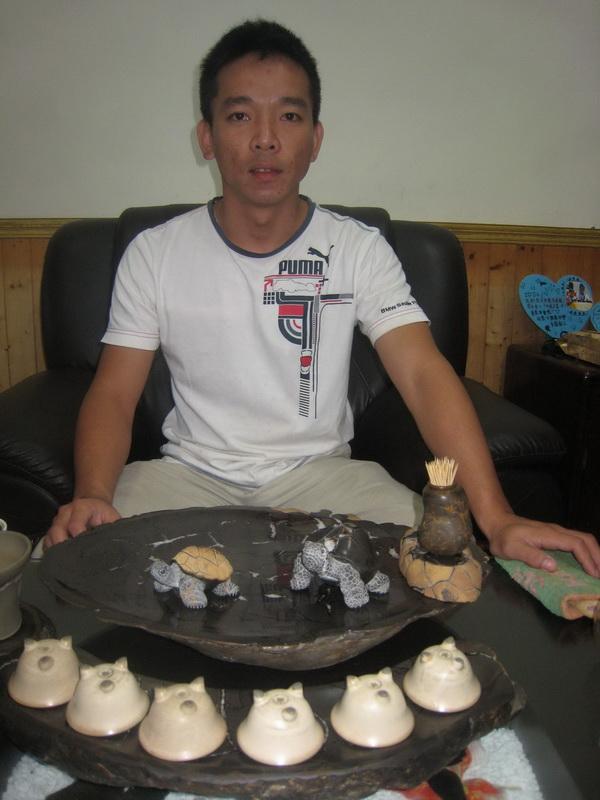 羅正煌先生與其精緻烏龜雕刻作品。