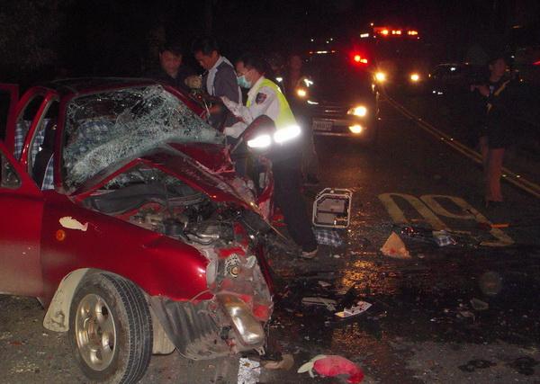 埔里地區酒後危險駕駛釀禍,車輛嚴重扭曲變形,搶救困難,駕駛夾在車內,當場死亡,現場怵目驚心。(楊樹煌攝)