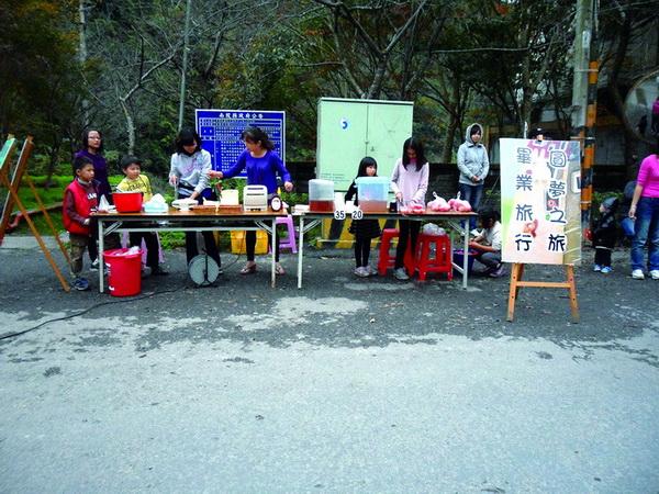 親愛國小萬大分校小朋友賣蕃茄與茶葉蛋,籌募畢業旅行旅費。(諾爾攝)