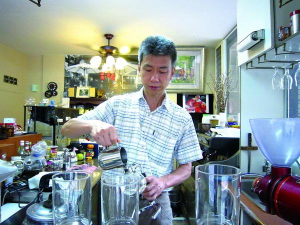 伊索咖啡老闆許秋平在煮咖啡時,往往專心一致。(林子婷攝)