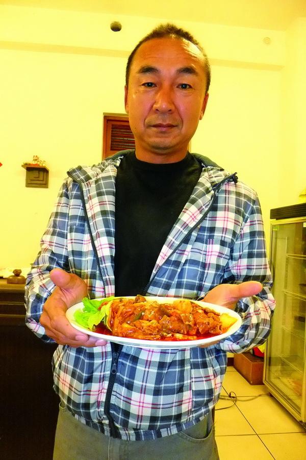 麗苑老闆鄒峻城有日本人做事的堅持,對料理可以說是非常龜毛。(唐茹蘋攝)