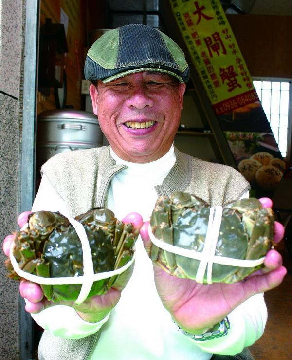 養蟹達人李定豪用埔里天然冷泉養殖成功的大閘蟹,隻隻健康肥美,蟹膏飽滿,品質不輸陽澄湖,讓他都引以為豪。(楊樹煌攝)