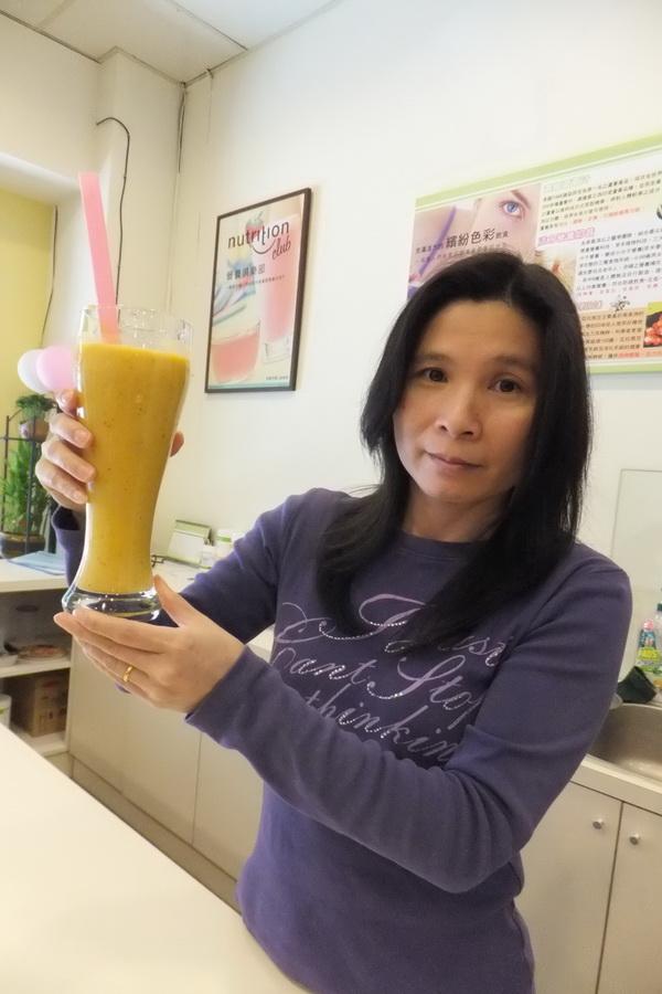 青春活力生活館負責人吳惠娟每天為每位客人提供不同口味搭配的健康早餐。(唐茹蘋攝)
