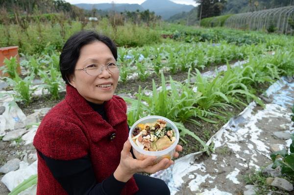 趙素絹便當裡的蔬菜,幾乎都是丈夫黃金山所種植的。(柏原祥攝)