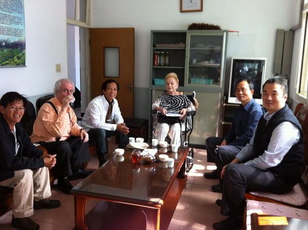 農會總幹事陪同努森女士Erna Knutsen一行人參訪魚池茶葉改良分場。(何其慧攝)