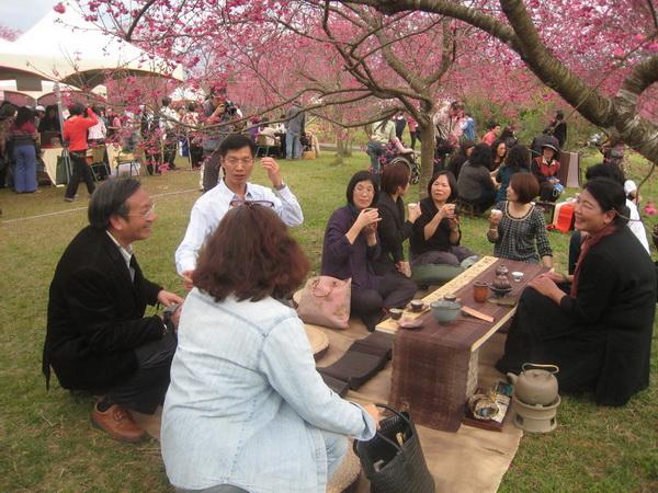 南投縣松嶺茶藝文化協會理事長吳秀勤(右一),煮茶應景讓民眾享受浪漫氣氛。(楊樹煌攝)
