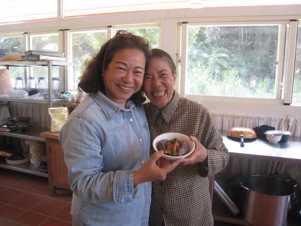 李秋涼與埔里報導創辦人何其慧分享生機飲食的健康美味。(林子婷攝)