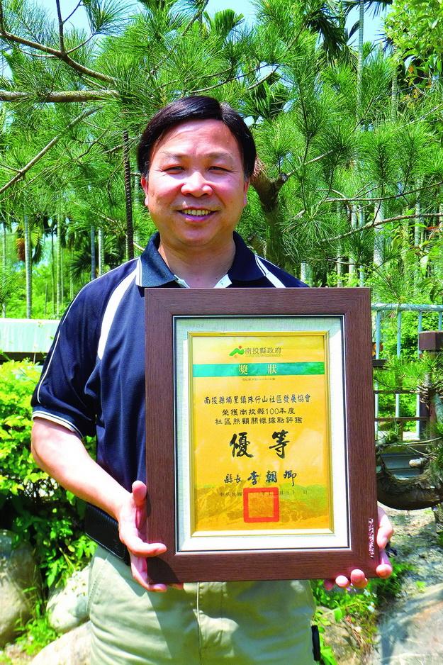 珠仔山社區發展協會得獎連連,理事長黃啟瑞是帶動社區發展的推手。(唐茹蘋攝)