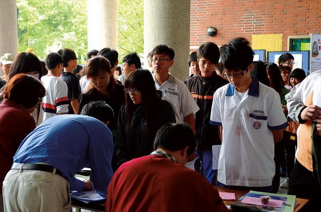 埔里高工免試入學績效卓越,吸引大批國中畢業生報到。(柏原祥攝)