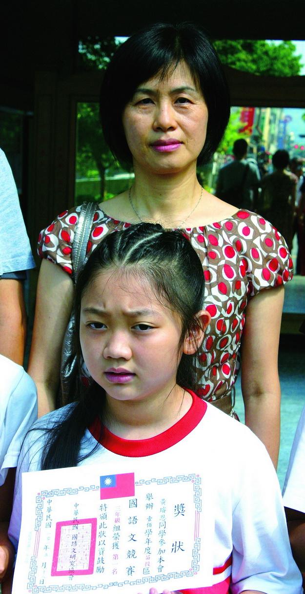 中華民國語文研究學會舉辦國語文競試,三年級黃璿恩在許淑玲老師指導下,奪得中年級組冠軍。(楊樹煌攝)