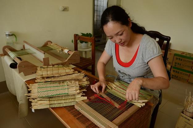 在王羿心的巧手編織下,茭白筍殼成了美麗的天然織布。(柏原祥攝)