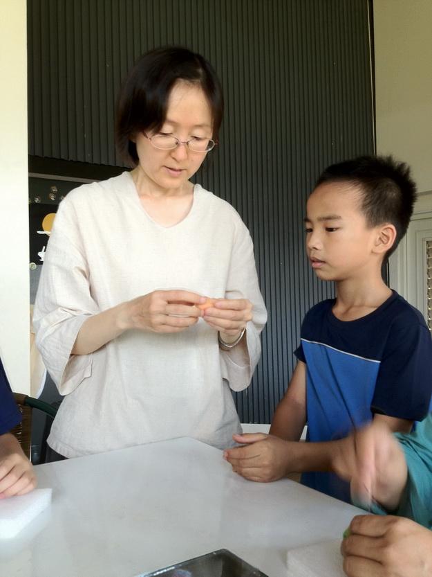 羊毛氈教師邊其芳,教導學童耐心十足。