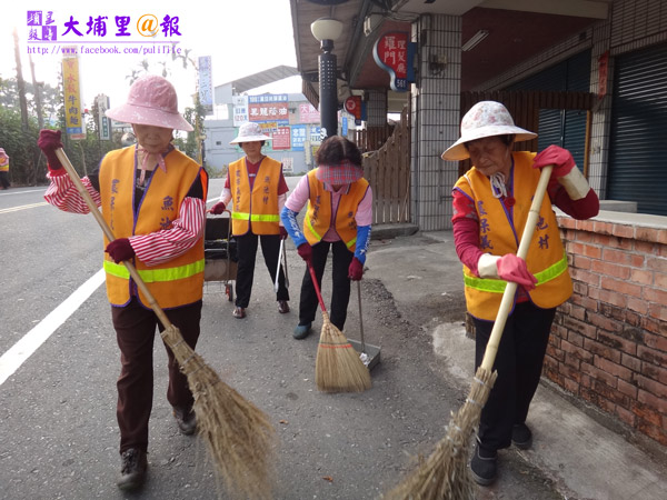 魚池掃街義工,主要成員是村內的老人。(柏原祥攝)