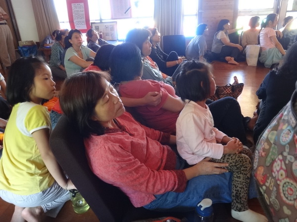 小大讀書會至江山樂活民宿歡慶廿週年,許多家長帶著孩子前來分享伴讀經驗。(柏原祥攝)