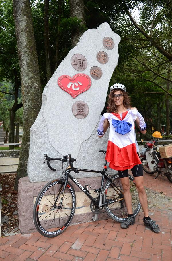 單車美少男阿杰因腸胃型感冒,身體變得很虛,但他還是照著訓練計畫參與自行車環化賽。(柏原祥攝)