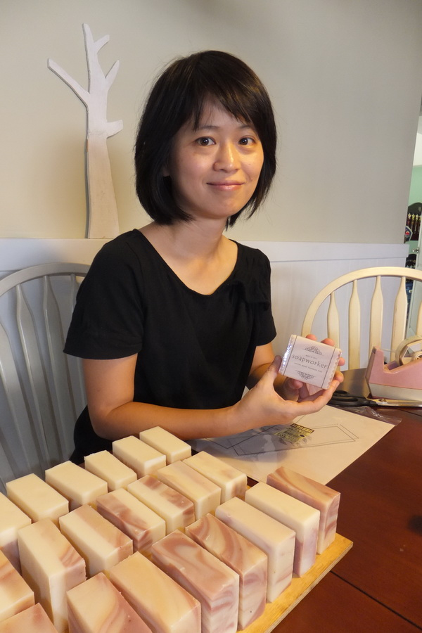 許涵真自創品牌「製皂工人」,完成在家帶小孩邊創業的夢想。(唐茹蘋攝)
