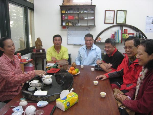 南投縣警察局長楊文友(右二),利用假日偕同夫人(右一)到歡喜茶場找茶、論茶、品茶。(何其慧攝)
