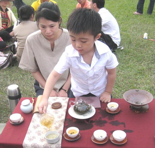 三歲多小茶童沈宥宇 當起泡茶師有模有樣