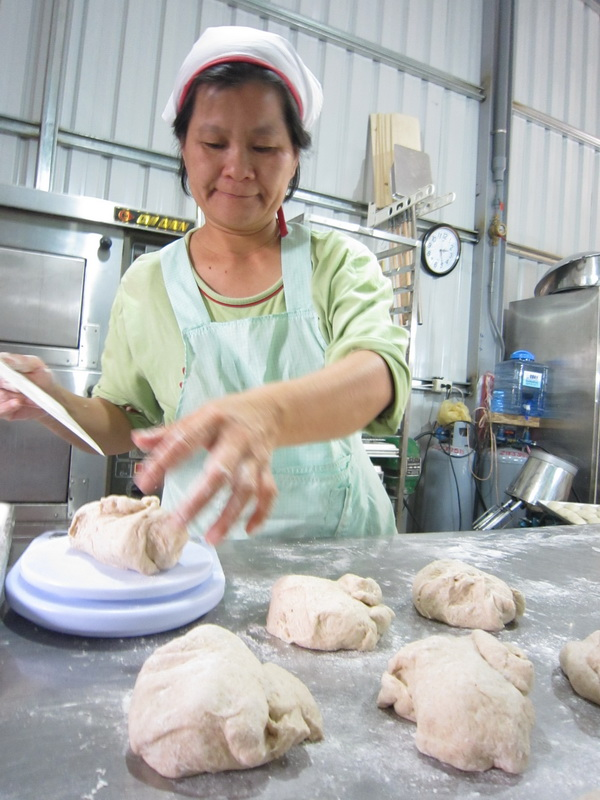 老闆娘正在製作鄉村麵包,光想這些麵團出爐後的光景就讓人口水直流。(林子婷攝)