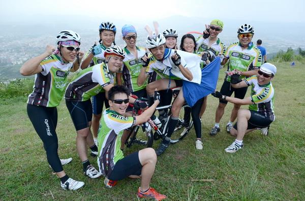 埔里奇單車隊員潘胤杰計畫穿著水手服參加2012年環化自行車大賽,他選在虎頭山上與隊員試裝。(柏原祥攝)