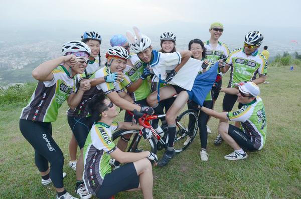 埔里奇單車隊員潘胤杰計畫穿著水手服參加2012年環化自行車大賽,他選在虎頭山上試裝,還試著「五連拍」。(柏原祥攝)