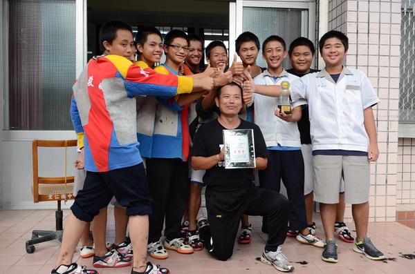 宏仁國中拔河教練張金豐與學生對賭,只要奪冠,隊員可剃他的頭髮,他實現了諾言。(柏原祥攝)
