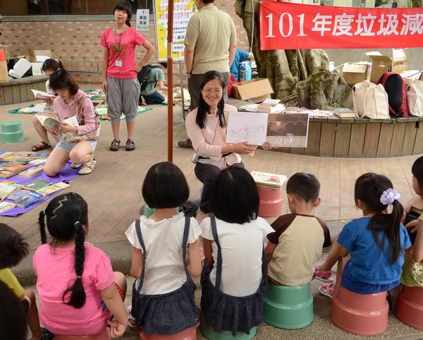 螢火蟲姊姊長期擔任故事媽媽,帶給小朋友更多想像空間,培養幼童閱讀習慣。(柏原祥攝)