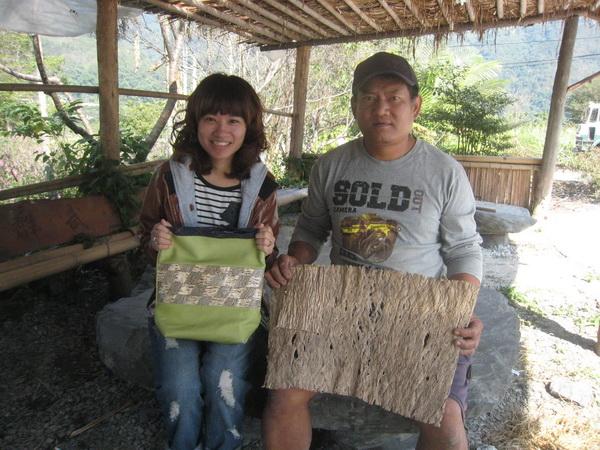 馬賴取構樹皮做材料予陳小萍製成背袋,夫妻二人協力同心。(何其慧攝)