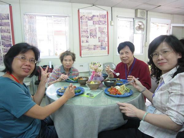 社員於菩提長青春用餐,滿懷感恩的心。(林子婷攝