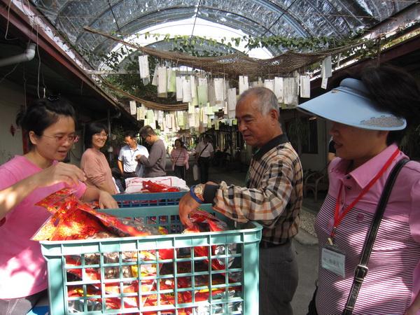 不但能採買埔里在地農特產做為伴手,又能協助菩提長青村之永續發展,社員各各展現愛心。(林子婷攝)
