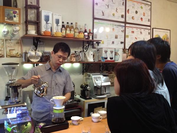 陳聰堯學識淵博,尤擅咖啡,平常喜歡到處結交「咖啡友」,在店裡也樂於與每位客人分享「咖啡經」。(林子婷攝)