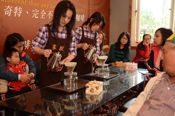 家綻咖啡為維持品質,每一杯咖啡皆為現場手沖。(柏原祥攝)