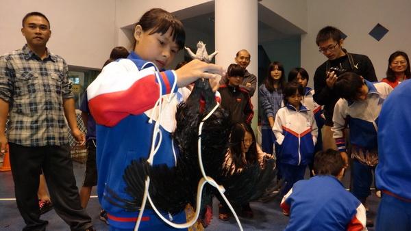 仁愛鄉小學舉辦聯合運動會,抓雞也是競賽項目之一。(諾爾攝)
