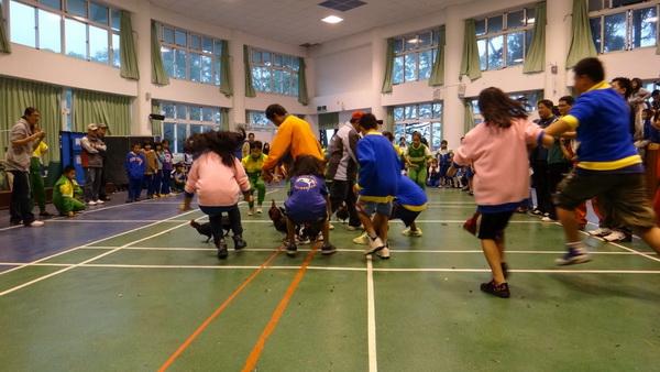 仁愛鄉缺乏大型室內活動場地,因為天雨,小學聯合運動會只好轉到禮堂舉辦。(諾爾攝)