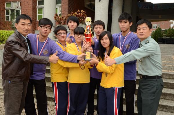 埔里高工參加全國高中職校定向越野競賽,獲得全國冠軍,圖右為指導教官黃文俤、左為學務主任黃重發。(柏原祥攝)