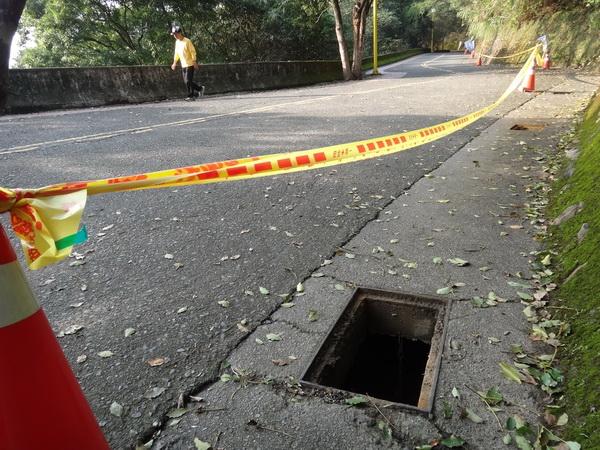 地理中心碑至虎頭山66個水溝蓋失竊,沿途出現多個大坑洞。(柏原祥攝)