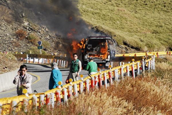 合歡山傳出火燒車的意外,整輛廂型車燒到只剩骨架。(張君宏攝)
